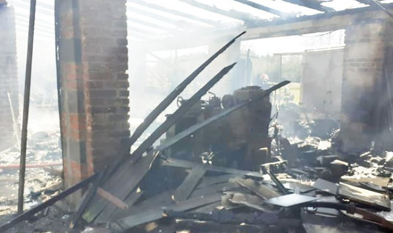W Radomiu spłonęły budynek i sprzęt rolniczy