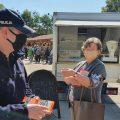 Na ulicach Obornik policjanci ostrzegają mieszkańców przed oszustami
