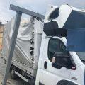 Samochód dostawczy utknął  w bramownicy przy wjeździe na mały most