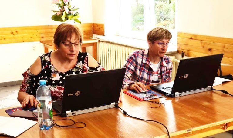 Seniorzy przy komputerach